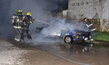 Otro vehículo incendiado en la vía pública