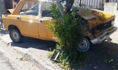 Le chocaron el auto y se dieron a la fuga