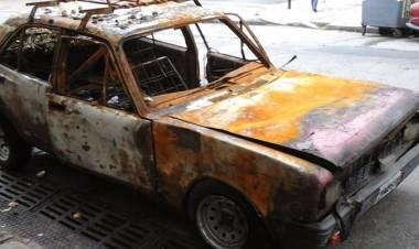Piden que se retiren autos abandonados en la vía pública