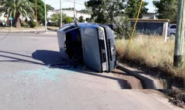 Vuelco de un vehículo cerca del barrio Atepam I