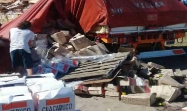 Un camión con bebidas alcohólicas volcó parte de su carga
