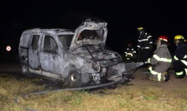 Se incendió un utilitario en cercanías al puente naranja