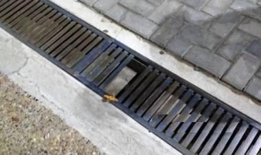 Una mujer cayó en la alcantarilla del centro y se lastimó una pierna