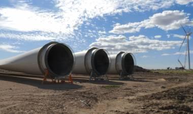 El Intendente visitó el parque eólico durante la instalación de torres y aspas de los molinos