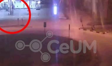 Hombre calcinado: el video que muestra a un sospechoso cargando combustible