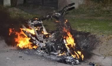 Se incendió una moto en la vía pública