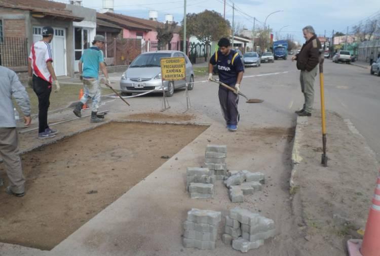 Una cuadrilla del Municipio continúa abocada a la reparación de cordones cuneta