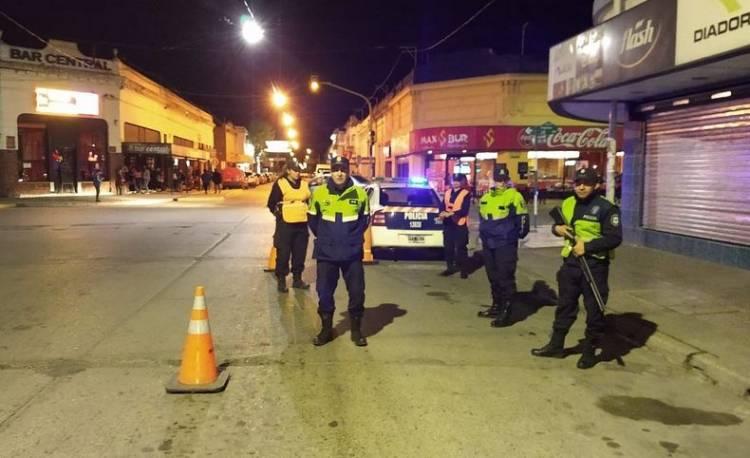 Amplio operativo policial nocturno con una clausura