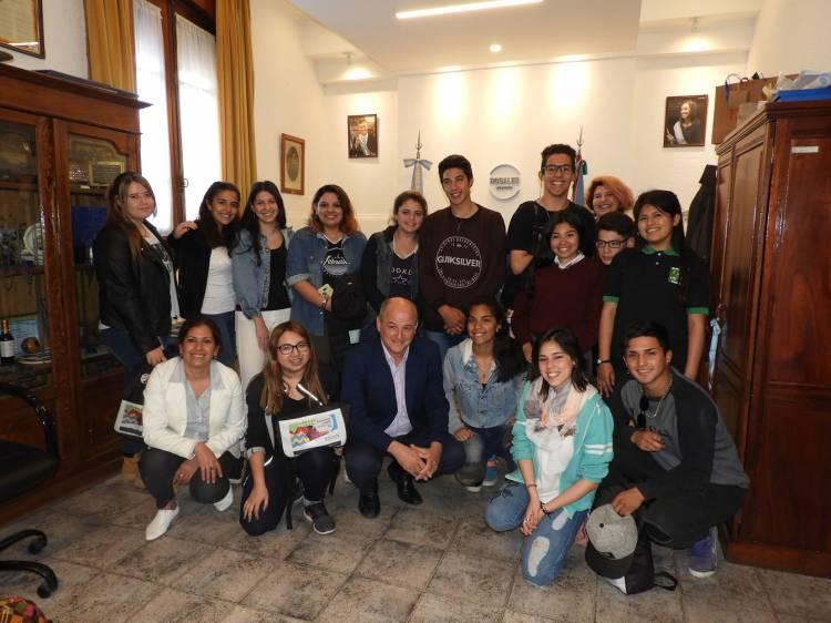 El Intendente recibió a los chicos que participaron del Parlamento Juvenil en La Plata