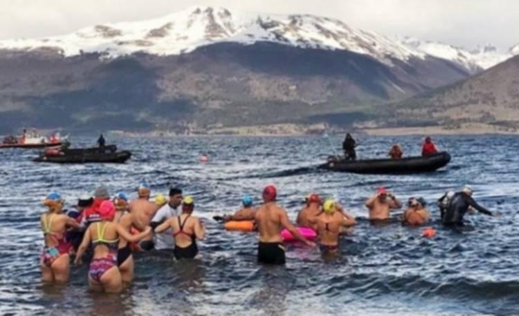 Nadador local, tercero en el cierre de una competencia en las frías aguas del canal Beagle