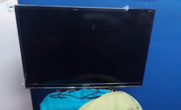 Encontraron un televisor en un baldío, envuelto en una manta; sería robado