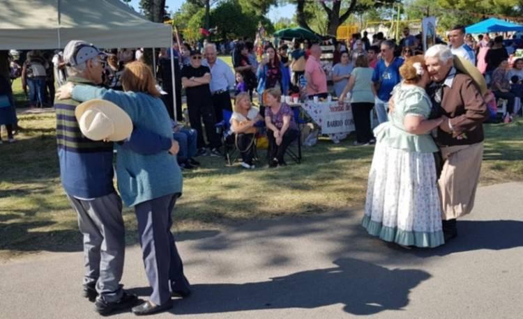 Se realizaron festejos en Plaza Moreno por el Día de la Tradición