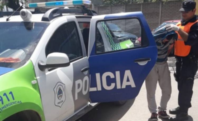 La Policía lo detuvo momentos después de robar en una casa
