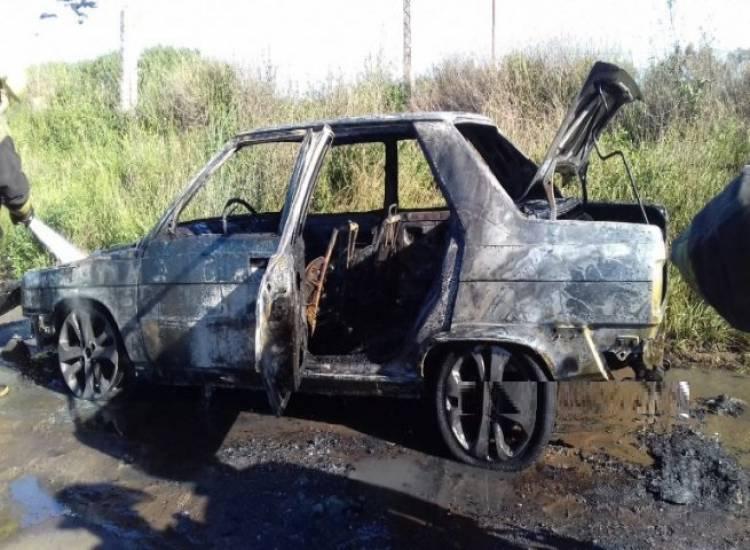 Incendio con pérdidas totales en un vehículo