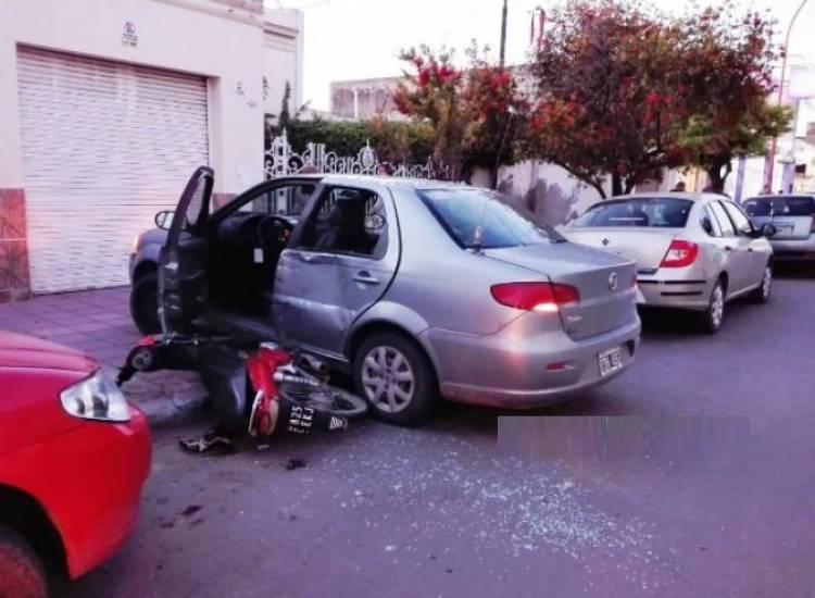 Chocó contra un auto que ingresaba a un garage