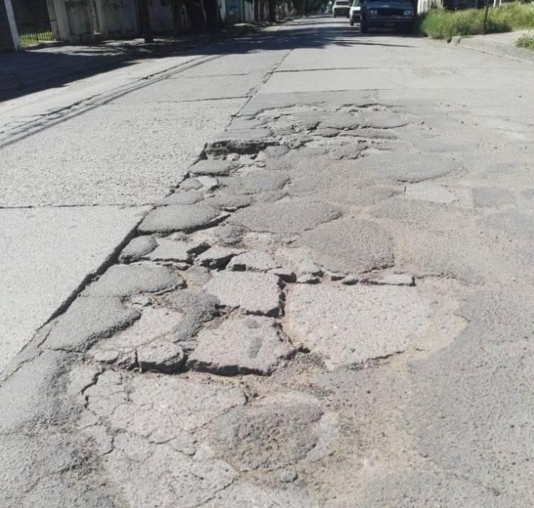 Vecinos preocupados por el hundimiento de la carpeta asfáltica de una calle de la ciudad