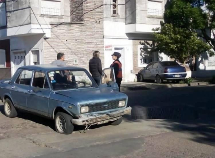 Tras ser chocado, un auto terminó contra una casa