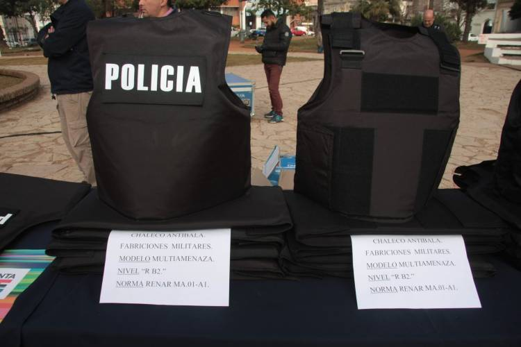 Chalecos policiales: La comunal entregó 67 unidades para analizar