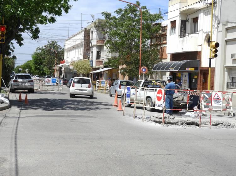Por trabajos de ABSA hay varias calles con reducción de calzada