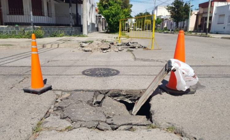 ¡Precaución! Pavimento hundido en Buchardo y Luiggi