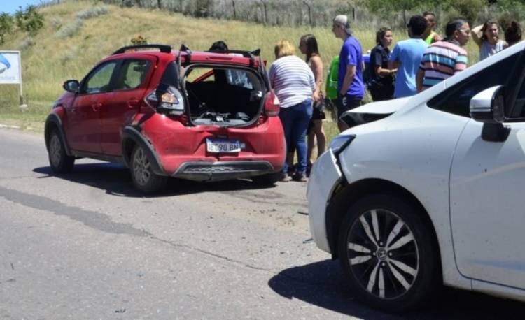 Fuerte colisión y dos jóvenes con heridas