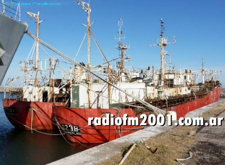 Un pesquero quedó semihundido en la dársena de Puerto Belgrano