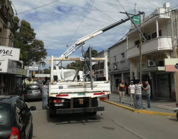 Comenzó la colocación de luminarias y equipamiento en calle Irigoyen