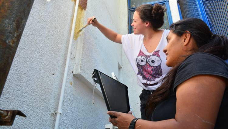 """Personal del destructor ARA """"Sarandí"""" colabora con el mantenimiento de su escuela apadrinada"""