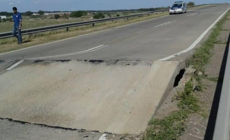 Por el intenso calor se levantó el asfalto en la ruta 3 cerca del relleno sanitario