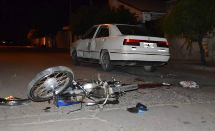 Chocaron una moto y un auto, fueron derivados a centros de salud