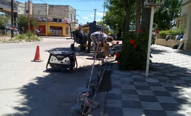Empleados del Municipio reparan cordones cuneta a pedido de vecinos; hay un registro de reclamos