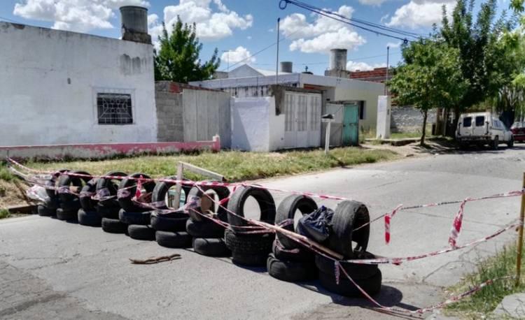 Peligro, baches: vecinos cortaron una calle cansados de reclamar