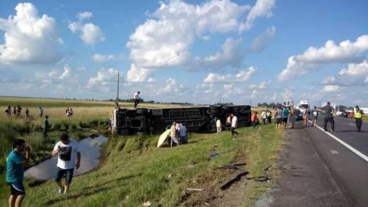 Un micro que salió desde Bahía Blanca volcó en Las Flores: hay cinco muertos