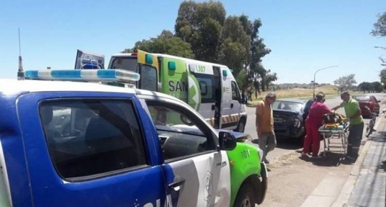 Un móvil policial que trasladaba a un detenido colisionó con un automóvil