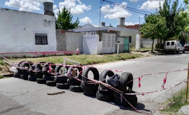 Tras un mes de cortar Hipólito Irigoyen al 1600, los vecinos reclaman una urgente solución por el pavimento roto