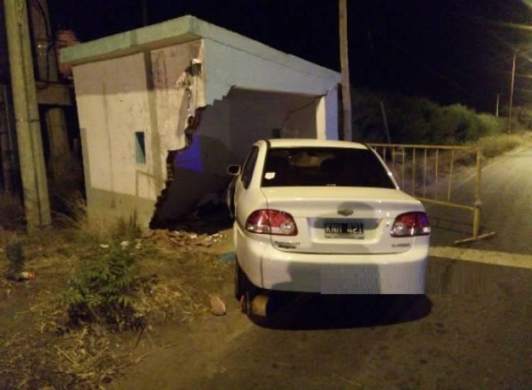 Un auto chocó la garita en el ingreso a Villa del Mar