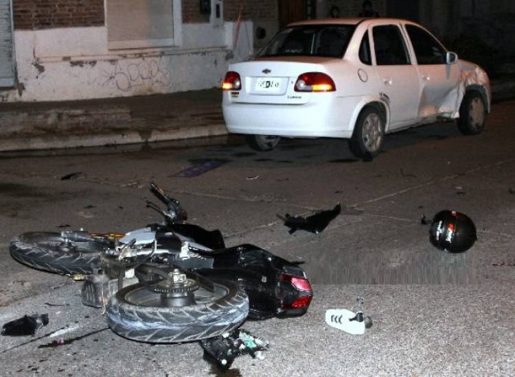 Fuerte impacto entre moto y auto con un herido