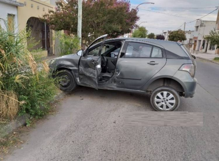 Fuerte choque de dos vehículos en Luiggi y Pueyrredón