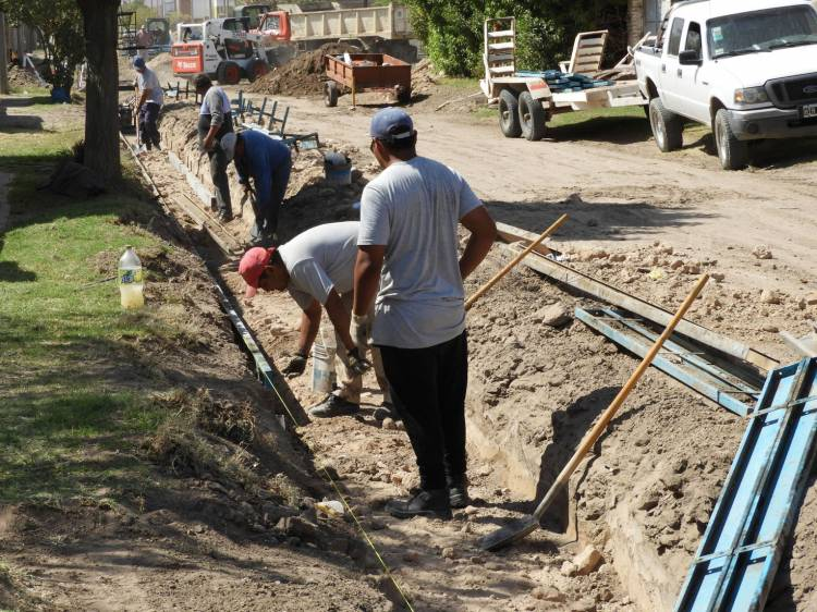 Se inició la obra de cordón cuneta para 24 cuadras de la ciudad