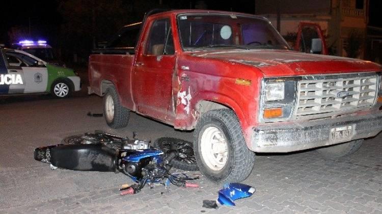 Lo perseguía la policía y chocó su moto contra una camioneta; quedó internado