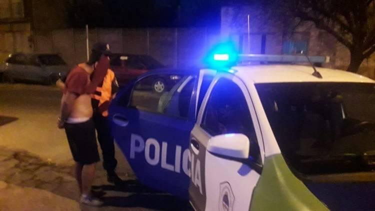 Tomaba alcohol en la vía pública y la Policía lo aprehendió