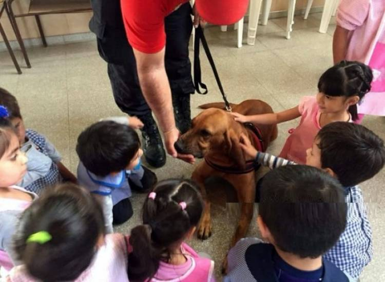 """El K9 y sus cachorros estuvieron de visita en el Jardin Nº 903 """"Del Parque"""""""
