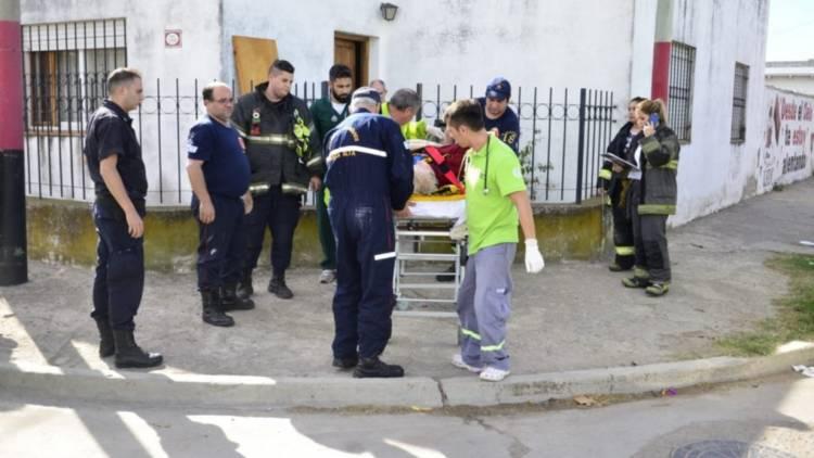 Una mujer mayor quedó encerrada en el baño y el hijo llamó a los bomberos