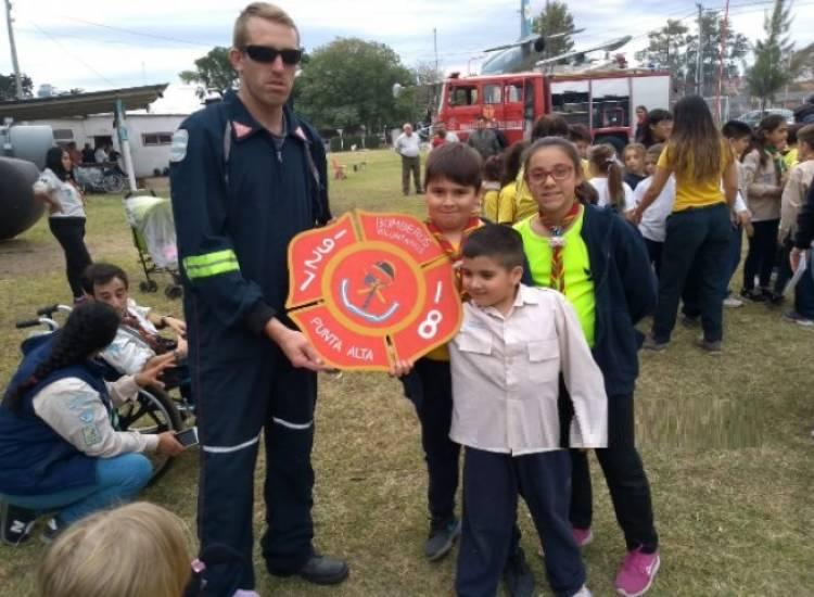 """Con sus """"buenas acciones"""" los scout colaboraron con bomberos"""