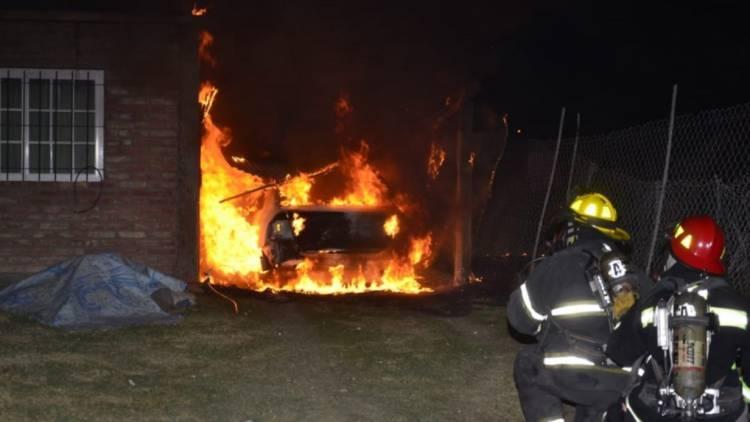 El fuego del vehículo les afectó parte de la casa