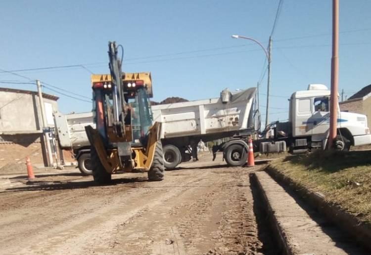Continúan los trabajos de pavimentación en calles Espora e Islas Malvinas