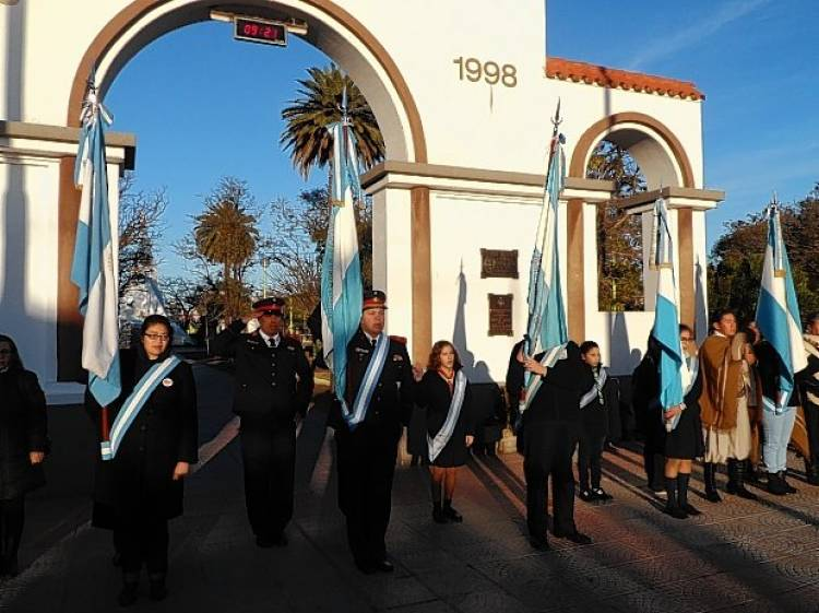 """El Municipio encabezó el acto por el """"Día de la bandera"""" recordando al General Belgrano"""