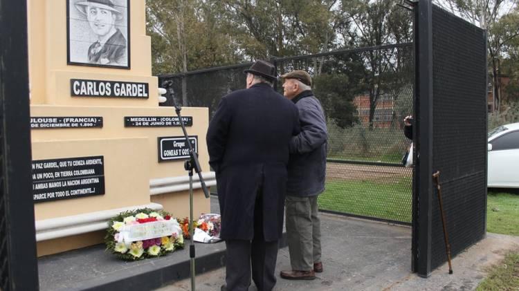 Se realizó un Homenaje a Carlos Gardel en el monumento de Pasaje Gutierrez