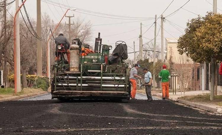Se inició el volcado de pavimento en dos cuadras de calle Buchardo