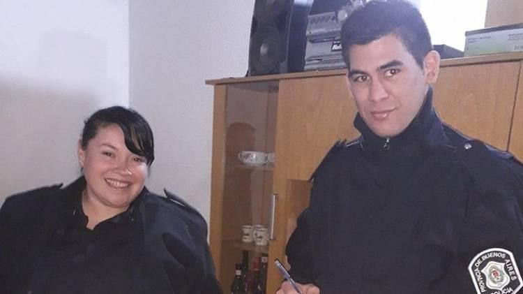 Una policía ayudó a una joven que dio a luz en una casa